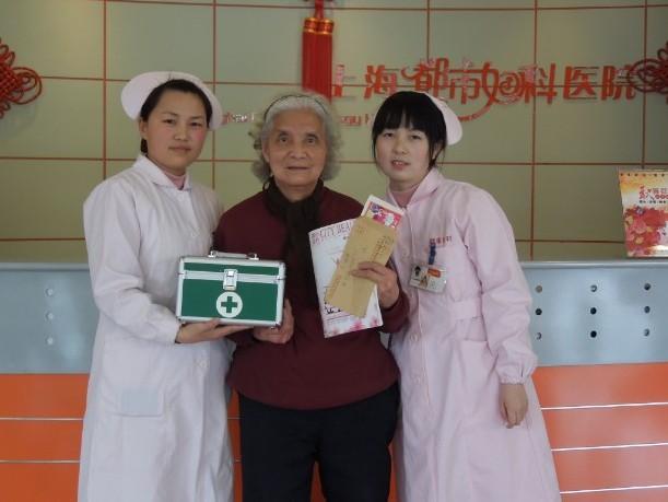 上海最好妇科医院杂志迎来了忠实读者--80岁阿婆
